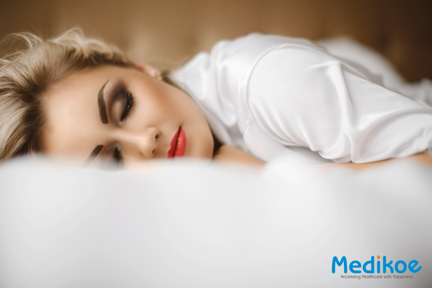 What Happens If You Sleep With Your Makeup On? - Medikoe